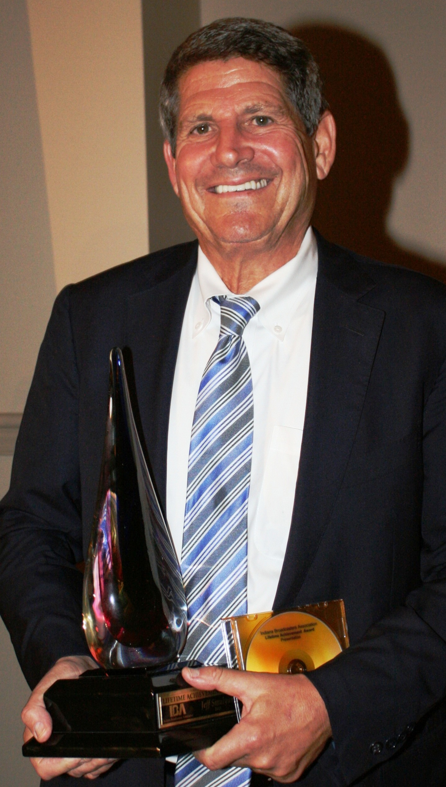 Jeff Smulytan Accepts Award